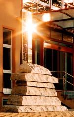 Gehwegplatten aus Granit sind so geschichtet, dass sie die Form einer Gauß'schen Glockenkurve bilden.