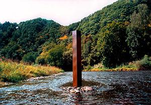 basic noise: Sein als Zeit. Das Rauschen im Fluss gilt als Gleichnis für das Erleben des Fließens der Zeit.