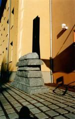 Statistisches Landesamt Sachsen, SulpturGehwegplatten aus Granit sind so geschichtet, dass sie die Form einer Gauß'schen Glockenkurve bilden.