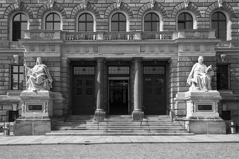 Landgericht Dresden, Eingangsbereich Portalfigur Gesetz (links) und Rechtsspruch (rechts).