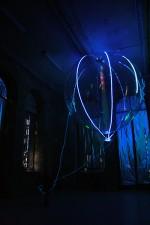 ... und fällt blau, in einen meditativen Modus, wenn sie nur sanft geführt wird.