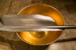Detail: Goldene Schale, Feder, Skulptur