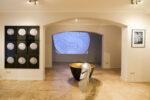 Goldene Schale, Feder - Ausstellungsansicht Galerie Tschart